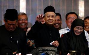 Στην ακμή της… νιότης του! Ορκίστηκε ο 92χρονος πρωθυπουργός της Μαλαισίας [pics]