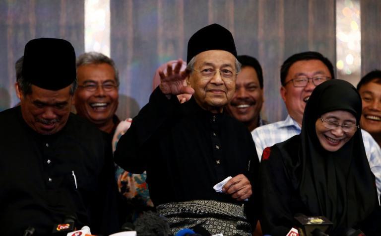 Στην ακμή της… νιότης του! Ορκίστηκε ο 92χρονος πρωθυπουργός της Μαλαισίας [pics] | Newsit.gr