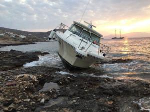 Σκάφος προσάραξε στη Σίκινο και… αποκαλύφθηκαν παρατυπίες – Συνελήφθη ο κυβερνήτης