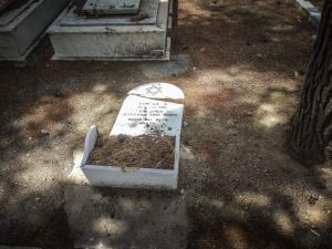 Εικόνες ντροπής στο 3ο νεκροταφείο Νίκαιας! Βεβήλωσαν τάφους Εβραίων