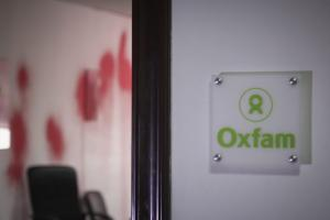Ρουβίκωνας: Εικόνες από το ντου στα γραφεία της Oxfam στην Αθήνα
