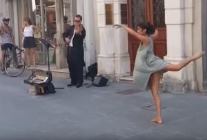 Ιταλία: Μπαλαρίνα από την Παλαιστίνη δεν μπορεί να αντισταθεί στις μελωδίες ενός μουσικού του δρόμου