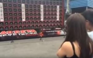 Το πιο δυνατό μπάσο σε όλον τον κόσμο σηκώνει τα μαλλιά κοπέλας