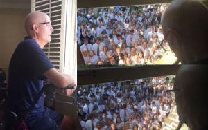 """Δάσκαλος με καρκίνο """"λύγισε"""" όταν είδε από το παράθυρο του σπιτιού 400 μαθητές να του τραγουδούν"""