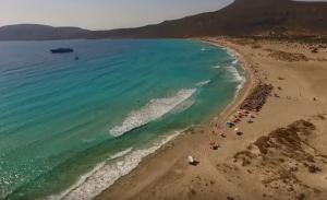 Το μαγευτικό νησί της Ελλάδας με τα χρυσοπράσινα νερά και τη ροζ άμμο