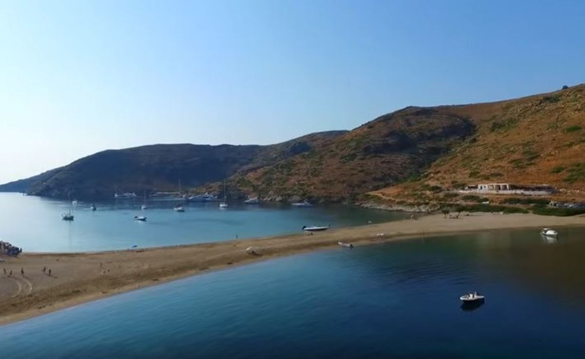 Το κυκλαδίτικο νησί όπου ο ΒασιλιάςΌθωναςκαι η ΒασίλισσαΑμαλία απολάμβαναν τα λουτρά τους