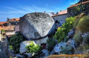 Το γραφικό χωριό κτισμένο ανάμεσα σε βράχους