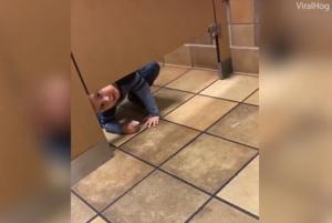 Παιδί μπουσουλάει προς μία απασχολημένη τουαλέτα – Το viral βίντεο με τις εκατομμύρια προβολές