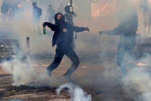 Πρωτομαγιά: Άγρια επεισόδια και χάος στο Παρίσι! Καίνε αυτοκίνητα – Συγκρούσεις με την αστυνομία!
