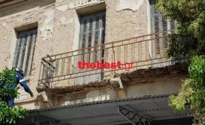 Πανικός στην Πάτρα – «Ξεκόλλησε»… μπαλκόνι! [pics]