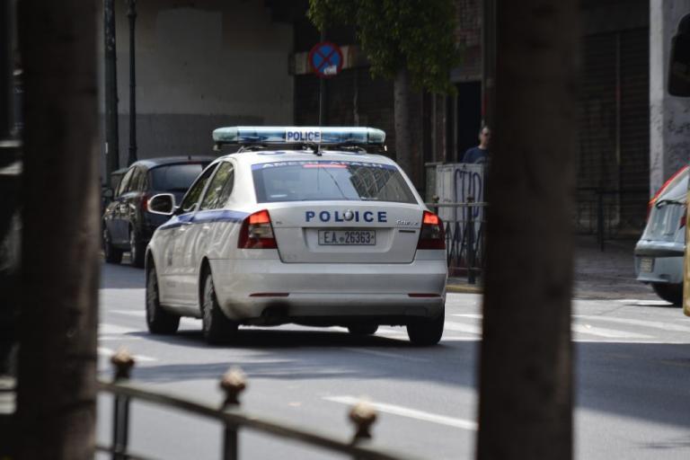 Νέα επίθεση αναρχικών με βαριοπούλες σε συμβολαιογραφείο στα Εξάρχεια | Newsit.gr