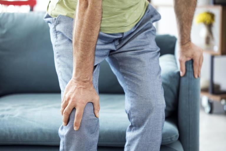 Πόνοι στα γόνατα: Όλες οι πιθανές αιτίες για να ξέρετε πώς θα ανακουφιστείτε | Newsit.gr