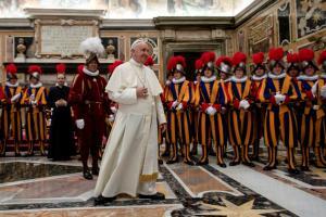 Κράνη 3D για τη φρουρά του Πάπα!