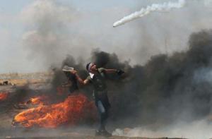 Παλαιστίνιος αποκρούει ισραηλινά δακρυγόνα με… ρακέτα! [pic]