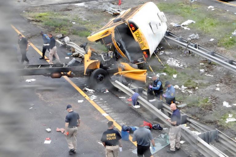 Εικόνες σοκ: Σχολικό λεωφορείο συγκρούστηκε με σκουπιδιάρικο κι «έσπασε» στα δυο [pics, vids] | Newsit.gr
