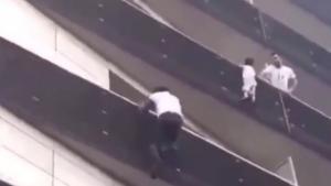 Όλη η Γαλλία αποθεώνει τον ήρωα μετανάστη που έσωσε παιδάκι από βέβαιο θάνατο – Θα τον δει ο Μακρόν