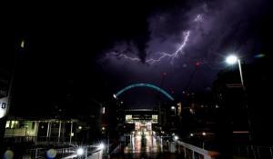 Λονδίνο: Χαμός στο αεροδρόμιο Στάνστεντ! 15.000 κεραυνοί σε 4 ώρες [vids, pics]