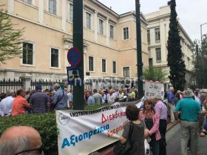 Έξω από το ΣτΕ οι συνταξιούχοι – Συνεδριάζει για το νόμο Κατρούγκαλου