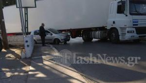 Χανιά: Αυτοκίνητο «καρφώθηκε» σε νταλίκα [vid]