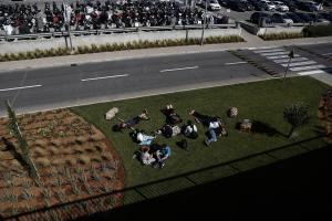 Απεργία: Τουρίστες «την έπεσαν» στο γρασίδι στο Ελευθέριος Βενιζέλος – Ακυρώσεις πτήσεων [pics]