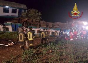 Τρόμος στην Ιταλία – Τρένο συγκρούστηκε με νταλίκα – Σοκαριστικές εικόνες