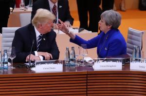Θέλει να… κρύψει τον Τραμπ η Τερέζα Μέι – Τσάι με τη Βασίλισσα ή εξοχή