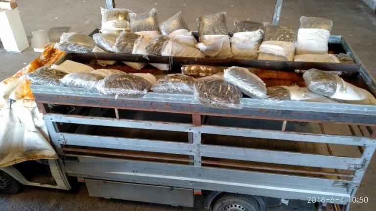 Θεσσαλονίκη: Η κρύπτη στο φορτηγάκι τους άφησε με το στόμα ανοιχτό – Έτσι έκρυβαν ηρωίνη και χασίς [pics, vid]
