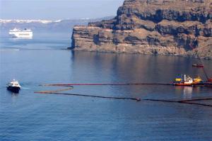 """Σαντορίνη: Βυθίστηκε το φράγμα στο ναυάγιο του Sea Diamond – """"Δεν αντέχουμε άλλη κοροϊδία"""" [pics]"""