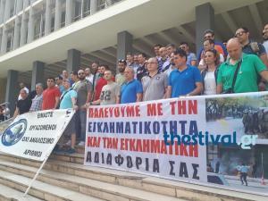 """Θεσσαλονίκη: Διαμαρτυρία αστυνομικών στο δικαστικό μέγαρο – """"Θέλουν να μας σκοτώσουν"""" [vid]"""