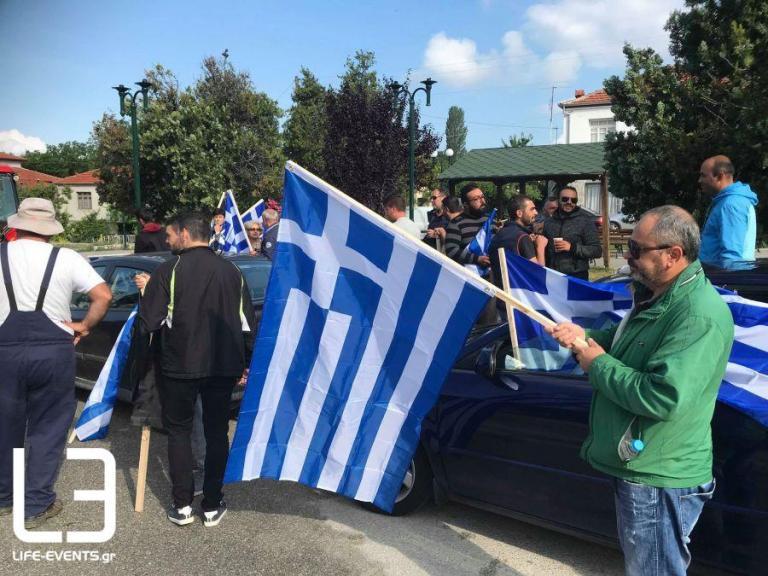 Συλλαλητήριο στις Πρέσπες: Οργή διαδηλωτών για τη συμφωνία – Κρεμάλες, οδοφράγματα και μαύρες σημαίες [pics, vids]