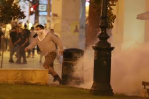 Θεσσαλονίκη: Μετά τις κρεμάλες για τη Μακεδονία οι σκηνές των επεισοδίων – Εικόνες πολέμου τη νύχτα [pics, vids]