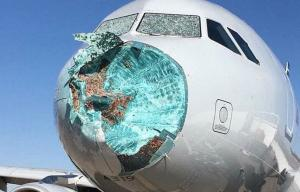 Τρόμος στον αέρα και αναγκαστική προσγείωση! Το χαλάζι τσάκισε το αεροπλάνο!