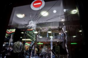 Αλεξίσφαιρο και φυσίγγια στο σπίτι της 23χρονης που συνελήφθη για την επίθεση στην Ελληνοαμερικανική Ένωση