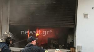 Μεγάλη φωτιά στο Περιστέρι – Καίγεται αποθήκη με ηλεκτρικά είδη – Κοντά σε σπίτια οι φλόγες