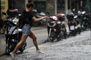 Καιρός: Καλοκαίρι στα «χαρτιά» – Η Νεφέλη φέρνει καταιγίδες, χαλάζι και… ζακέτα!