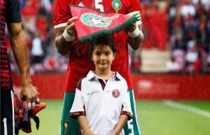 Ο Μπενάτια προστάτεψε κοριτσάκι απ' τη βροχή με το λάβαρο του Μαρόκου! [pics]