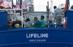 Ψάχνει ακόμη λιμάνι το πλοίο Lifeline με τους εκατοντάδες μετανάστες