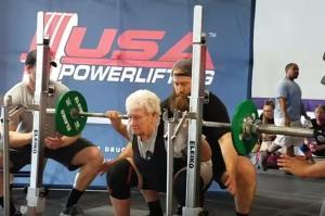 80χρονη γιαγιά σηκώνει βάρη 115 κιλών