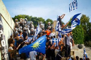 Συλλαλητήριο-Σύνταγμα: Οι διαδηλωτές έπιασαν νεαρό με πέτρες – Τον παρέδωσαν στα ΜΑΤ!