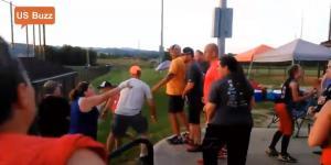 Βίντεο:  Άγριο ξύλο μεταξύ γονιών σε παιδικό αγώνα σόφτμπολ [vid]