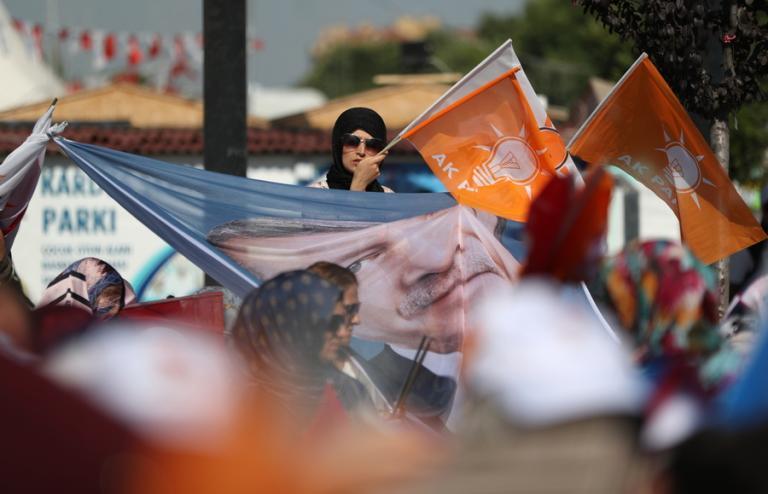 Τουρκία: Πολύνεκρη επίθεση σε προεκλογική συγκέντρωση – Σκοτώθηκε αδελφός βουλευτή του κόμματος του Ερντογάν [vid] | Newsit.gr