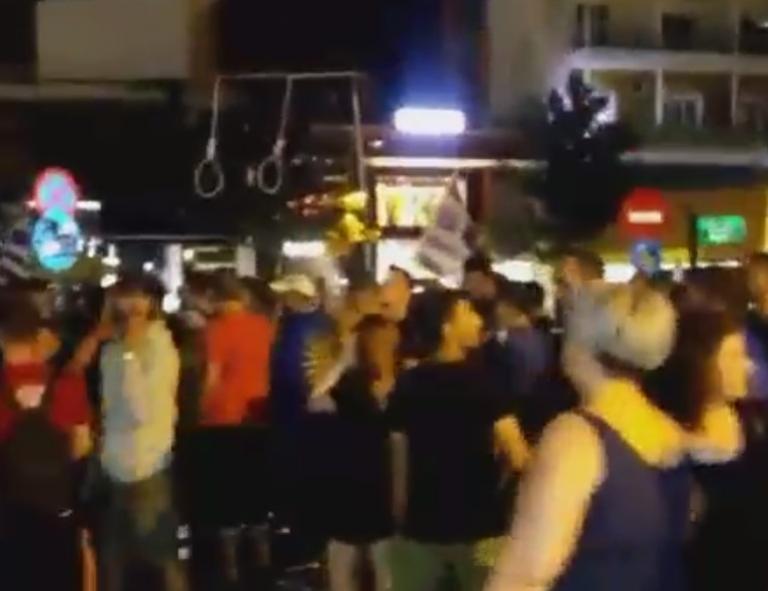 Έβγαλαν τις κρεμάλες στις Σέρρες για το Σκοπιανό | Newsit.gr