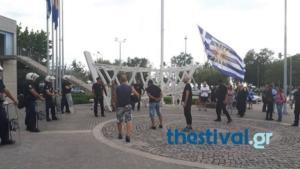Θεσσαλονίκη: Διαδηλώνουν έξω από το δημαρχείο με σφυρίχτρες για εκδήλωση με την Αχτσιόγλου [vid]