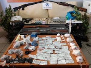 Λεφτά, όπλα και ναρκωτικά – Φωτογραφίες της πλούσιας λείας της σπείρας Ρομά [pics,vid]