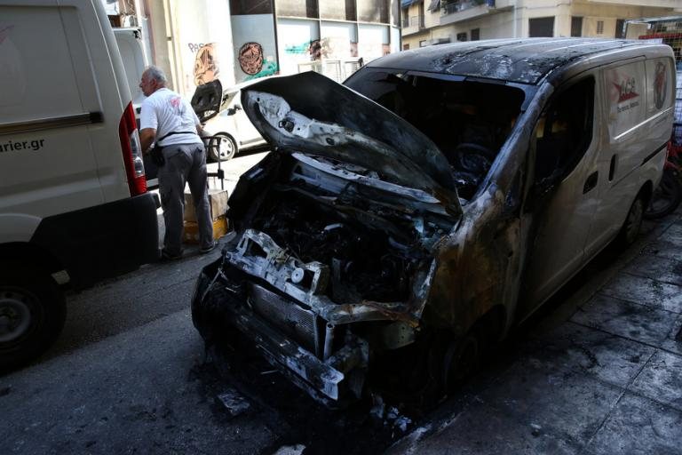 Μπαράζ εμπρησμών τη νύχτα – Έκαψαν εννιά αυτοκίνητα | Newsit.gr