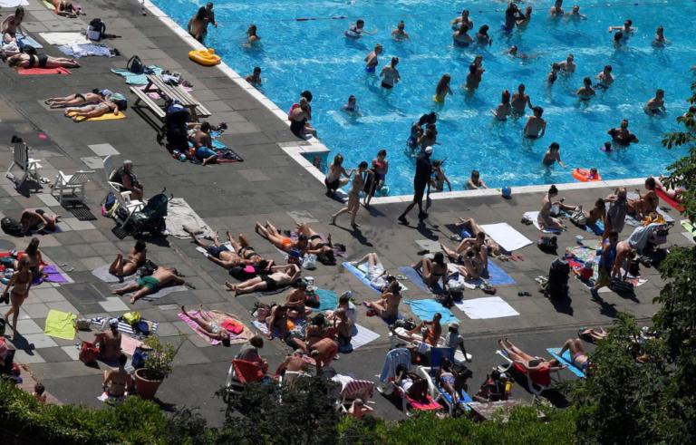 Βρετανία: Αποπνικτική ζέστη και θερμοκρασίες ρεκόρ! Στις παραλίες και πισίνες ο κόσμος για να δροσιστεί | Newsit.gr