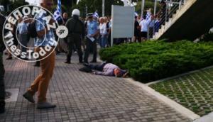 Επεισόδιο έξω από το Δημαρχείο Θεσσαλονίκης! Πολίτης καταγγέλλει ότι τον έδειρε διαδηλωτής – Σε εξέλιξη η διαμαρτυρία για τη Μακεδονία