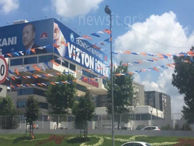 Ρετζέπ εσύ σούπερ σταρ! «Πλημμύρισε» αφίσες του Ερντογάν η Κωνσταντινούπολη!