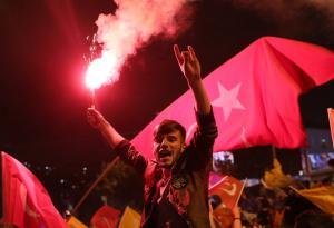 Ατελείωτο πάρτυ από τους οπαδούς του Ερντογάν! Καπνογόνα, σημαίες και δάκρυα! [pics]