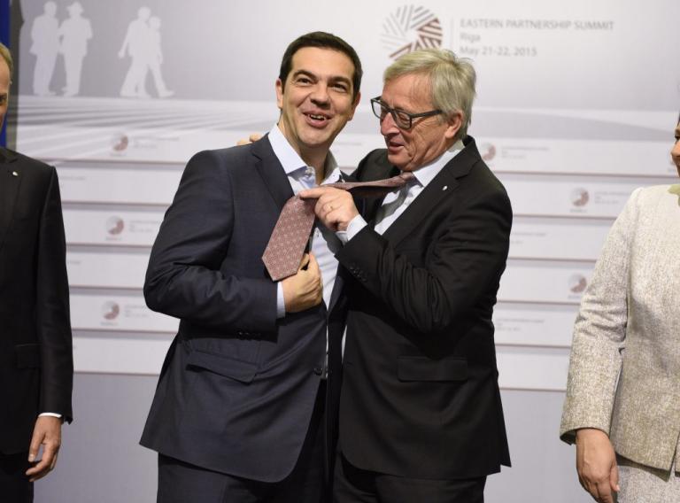 Του… έδεσαν την γραβάτα! Αποθέωση Τσίπρα από διεθνή ΜΜΕ για την συμφωνία του Eurogroup